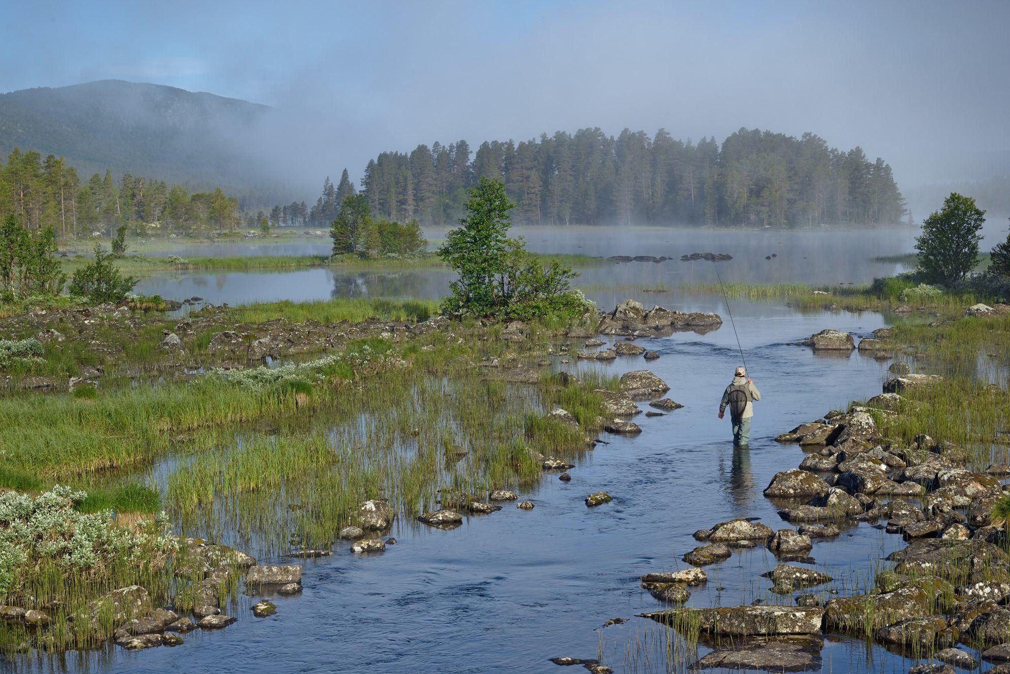 Fiske i Skurdalen/Geilo. Foto: Emile Holba