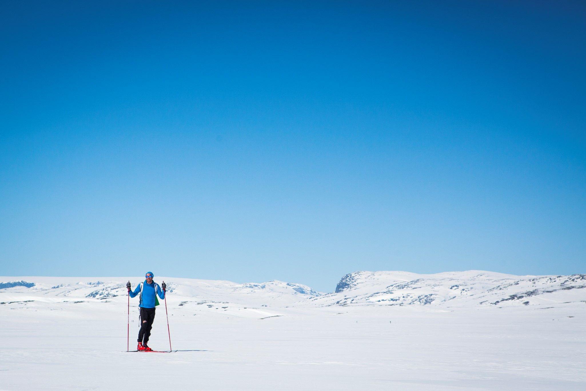Kvinne på ski i skiløypa Ustedalsfjorden Rundt på Geilo