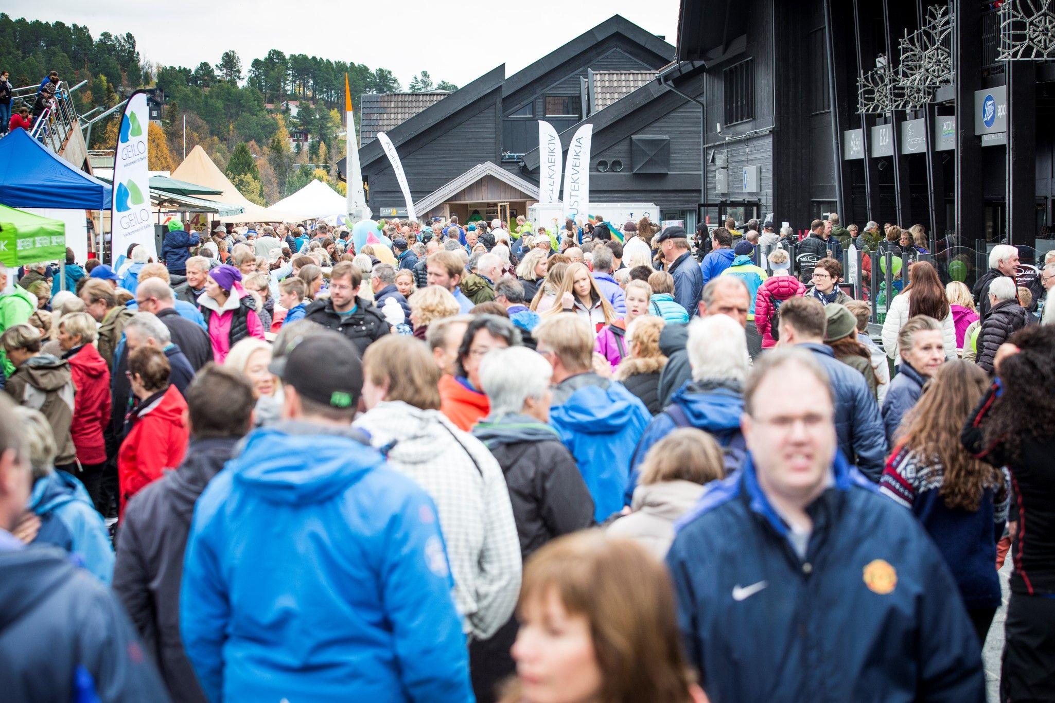 Folkemengde i gågata på Norsk Matglede. Foto: Daniel Tengs